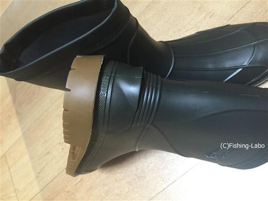 踵には、ブーツを脱ぐためにひっかけるところがある